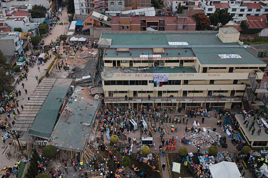 Räddningsarbete i Enrique Rebsamen skolan.