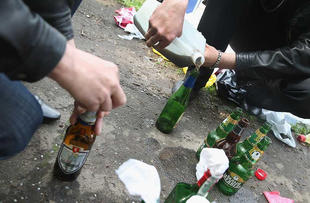 Proryska aktivister tillverkar molotov cocktails i Kramatorsk, Ukraina.