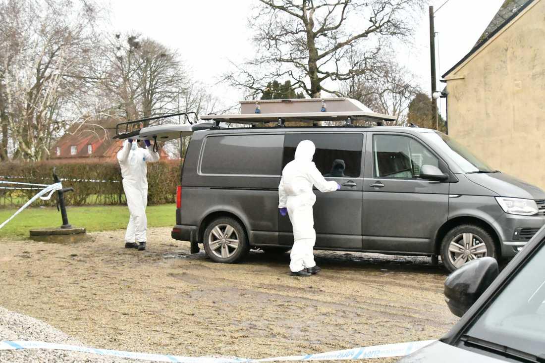 Polisens tekniker på plats efter att en man dött i samband med en brand i ett uthus.