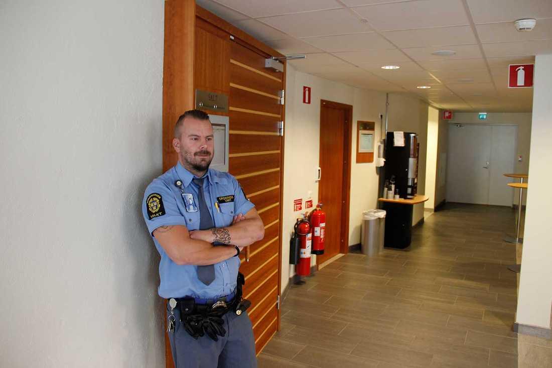 Ordningsvakten Andreas Blom på vakt utanför häktningssal 7 i Gävle tingsrätt.