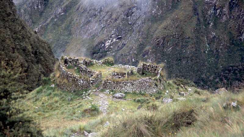 RUINER Stigen kantades av sedan århundraden övergivna bostäder och härbärgen. Ju närmare vi kom Machu Picchu, desto tätare blev det mellan ruinerna.