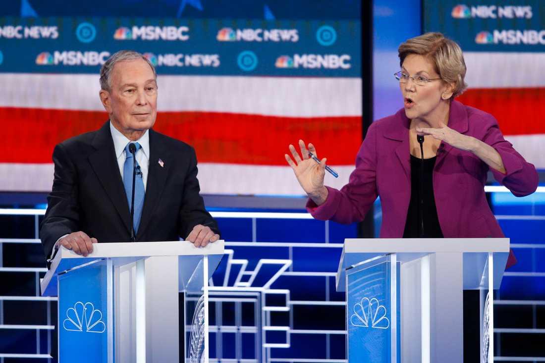 New Yorks tidigare borgmästare Mike Bloomberg och Massachusettssenatorn Elizabeth Warren under Demokraternas tv-debatt i Las Vegas.