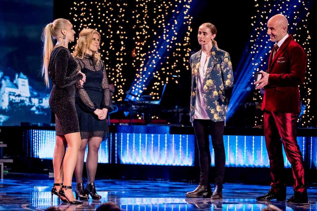 Julia Östfeldt och Emma Blomdahl på scenen tillsammans med Silvana Imam och Mark Levengood.