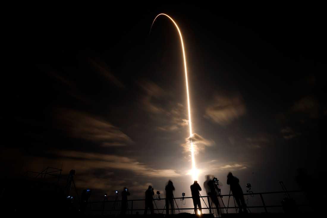 Foto taget med lång exponeringstid när Falcon 9-raketen stiger från Cape Canaveral i Florida.