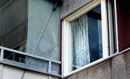 GICK RAKT IGENOM Två kulor har gått igenom rutan, in på en äldre mans balkong, och ut på andra sidan. En av kulorna fastnade i fönsterkarmen.