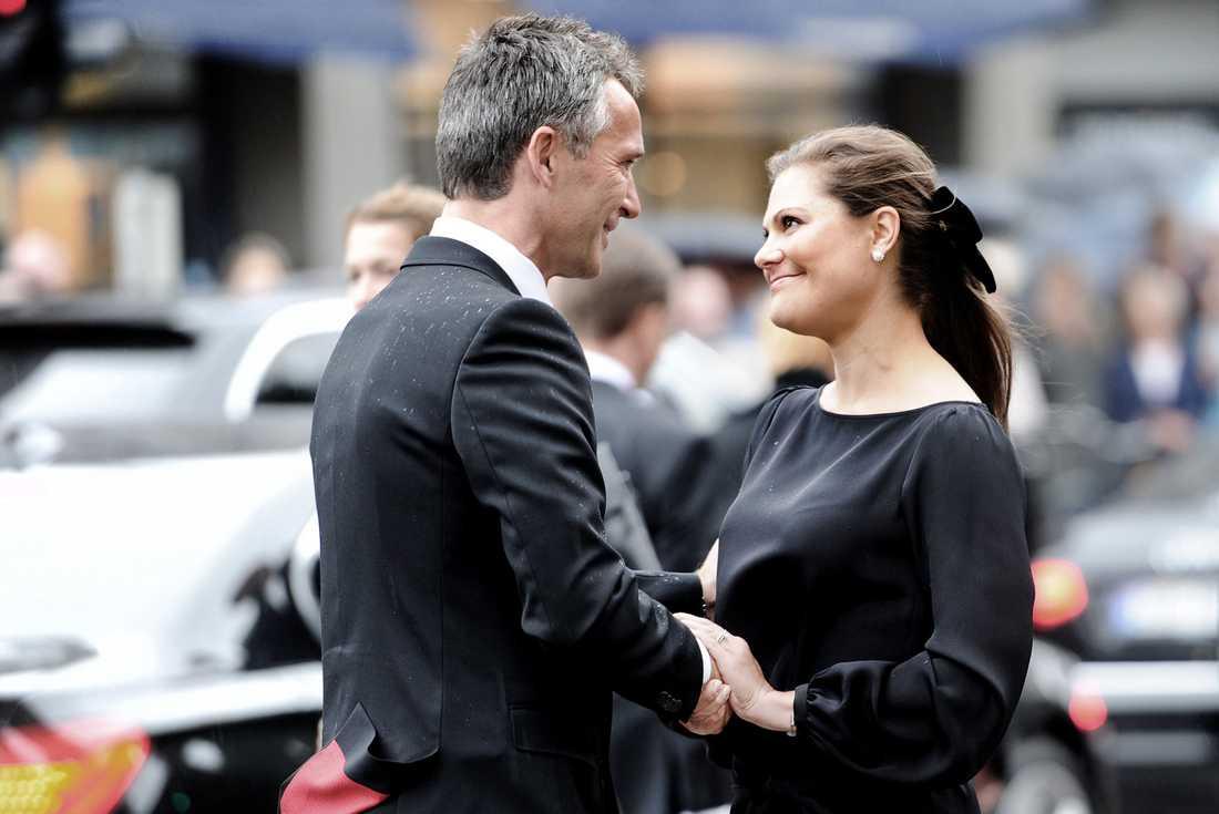 Sorgen efter chocken Tårarna var många under minnesceremonin för terroroffren. Kronprinsessan Victoria kämpade mot tårarna under statsminister Jens Stoltenbergs gripande tal.