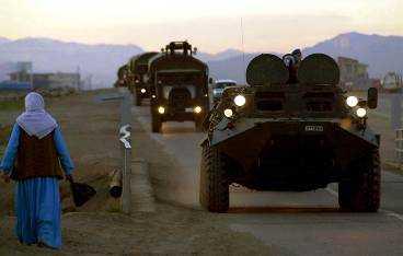 uppladdning Sedan några veckor har Turkiet förstärkt militären nära gränsen mot Irak - här rullar en konvoj in i staden Silopi. Efter Natobeslutet i natt kommer också andra länder i alliansen att bidra med förstärkningar till Turkiet.
