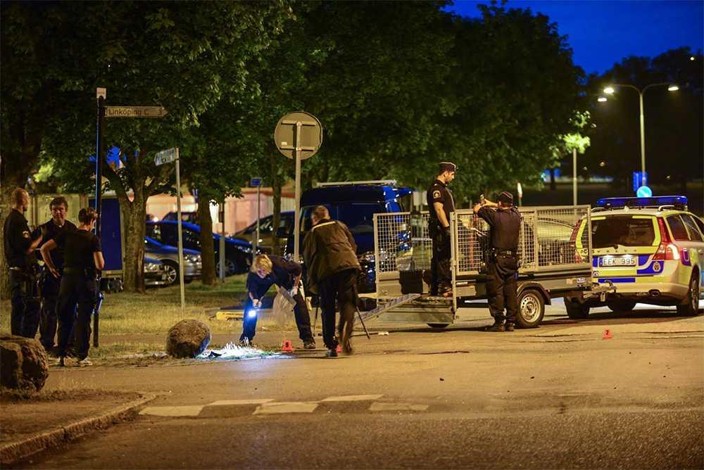 Polisens tekniker på mordplatsen.