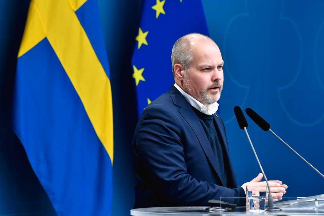 Regeringen ska utreda en översyn av lagen om sluten ungdomsvård, berättade justitie- och migrationsminister Morgan Johansson (S) vid en pressträff på onsdagen.