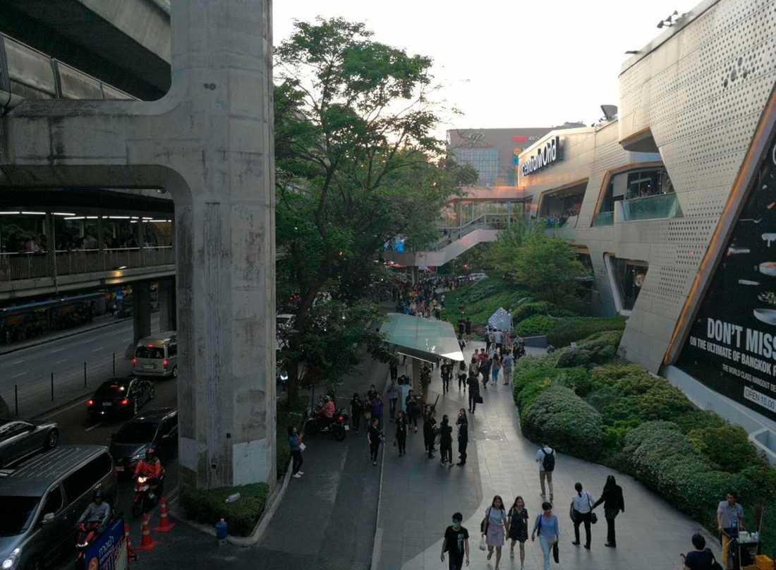 Människor utrymmer Central World Mall i Bangkok.