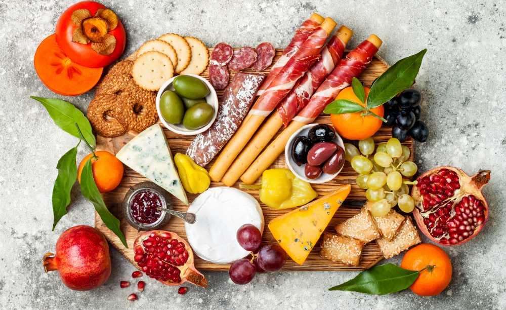 Ostbricka med ost, chark, kex och frukt, fräscht och gott.