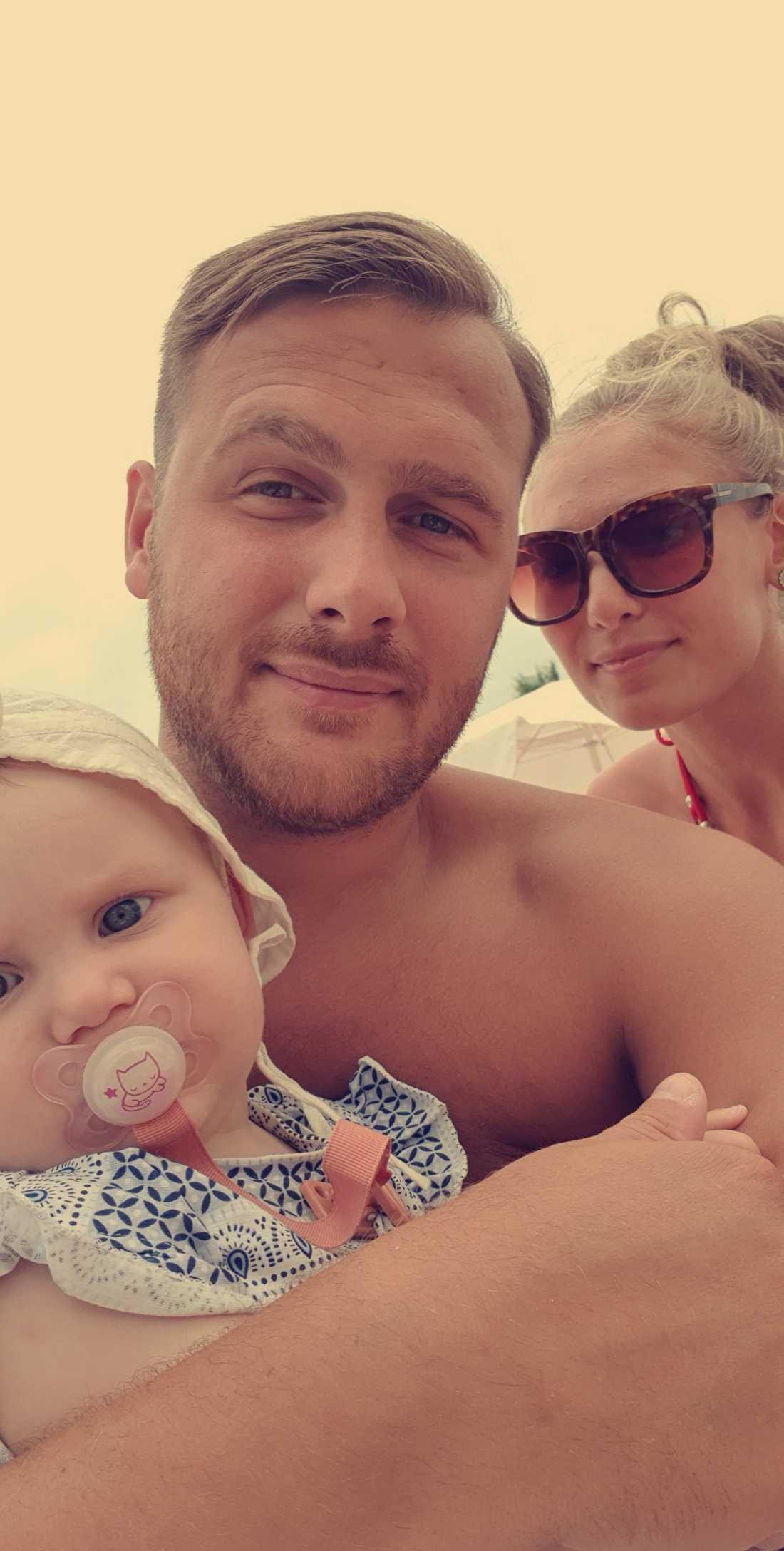 Dottern Elisa, nio månader, Fisnik Zeka, 28, och Matilda Tenghagen, 24, på en bild från i fredags.