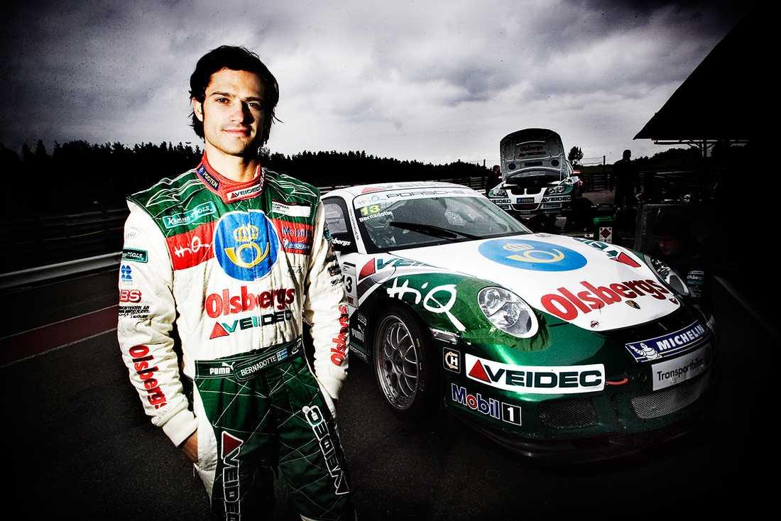 Prins Carl Philip har tagit över passionen och körde racing i 911.