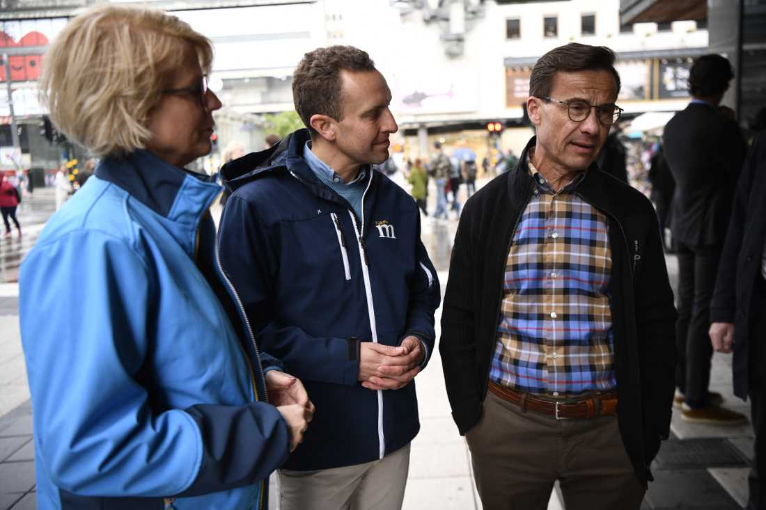 Moderaternas ekonomisk-politiske talesperson Elisabeth Svantesson, toppkandidat Tomas Tobé och partiledare Ulf Kristersson håller torgmöte på Sergels torg i Stockholm under söndagen.