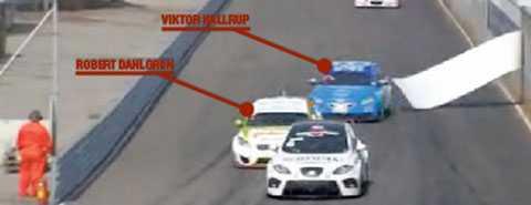 En reklamskylt lossnade under STCC-loppet i Göteborg och Viktor Hallrup i blå bil körde in i Robert Dahlgren som låg framför honom.