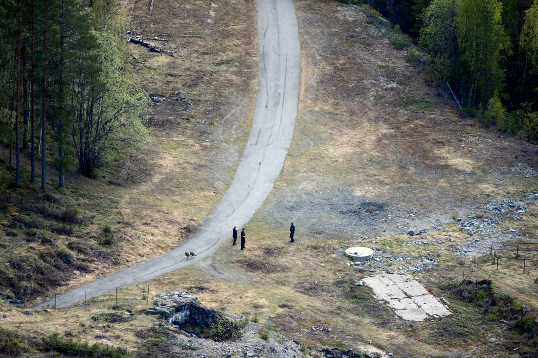 Jakten pågår. Poliser söker i området efter jakt på fler fynd.