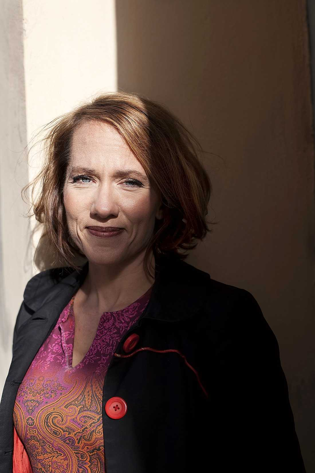 Skriver om barndomen I boken går Felicia Feldt till attack mot Anna Wahlgren och beskriver en barndom med både alkohol och misshandel.