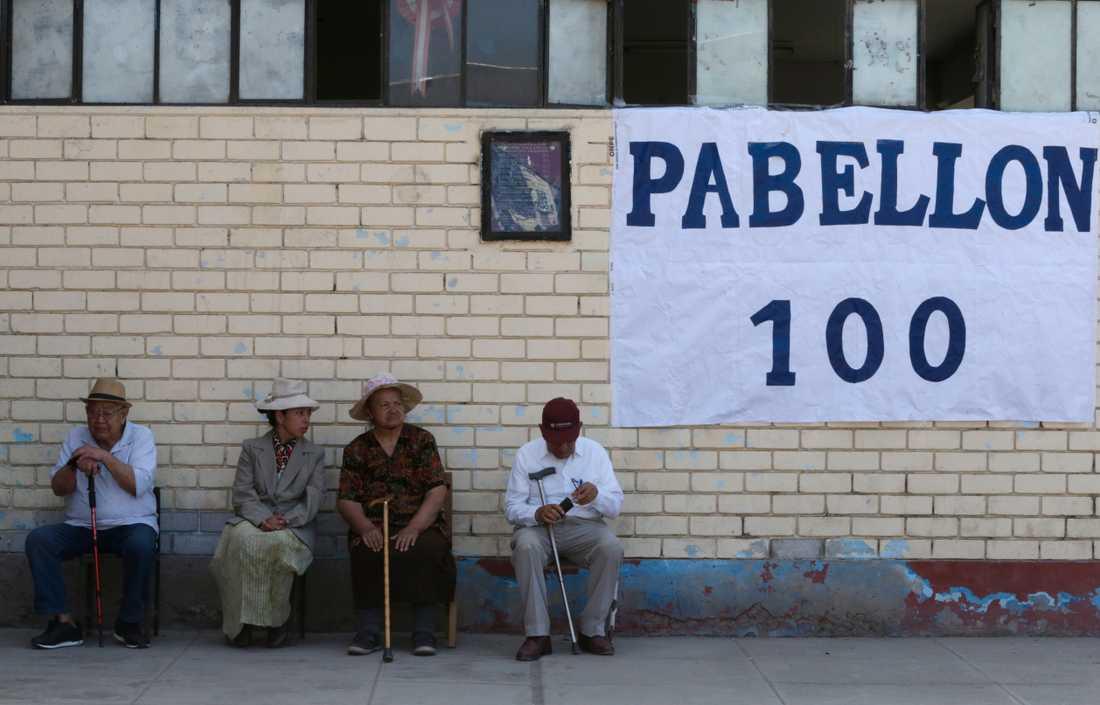 En grupp peruaner väntar på att rösta vid en skola i Lima.