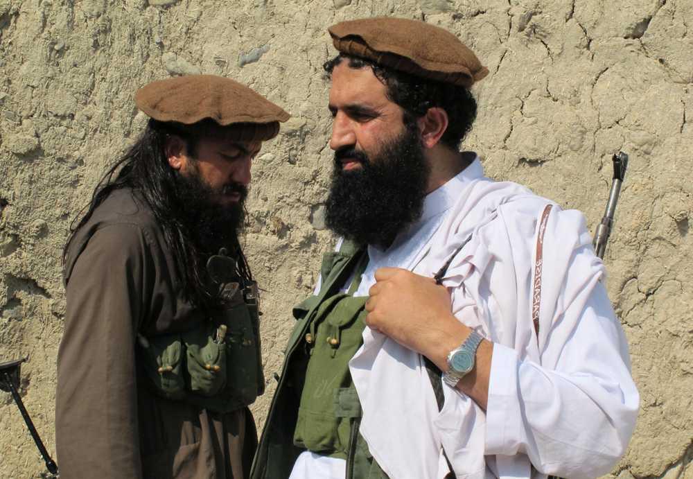 Talibanernas talesman Shahidullah Shahid, till höger, är glad över att Malala inte vann priset.