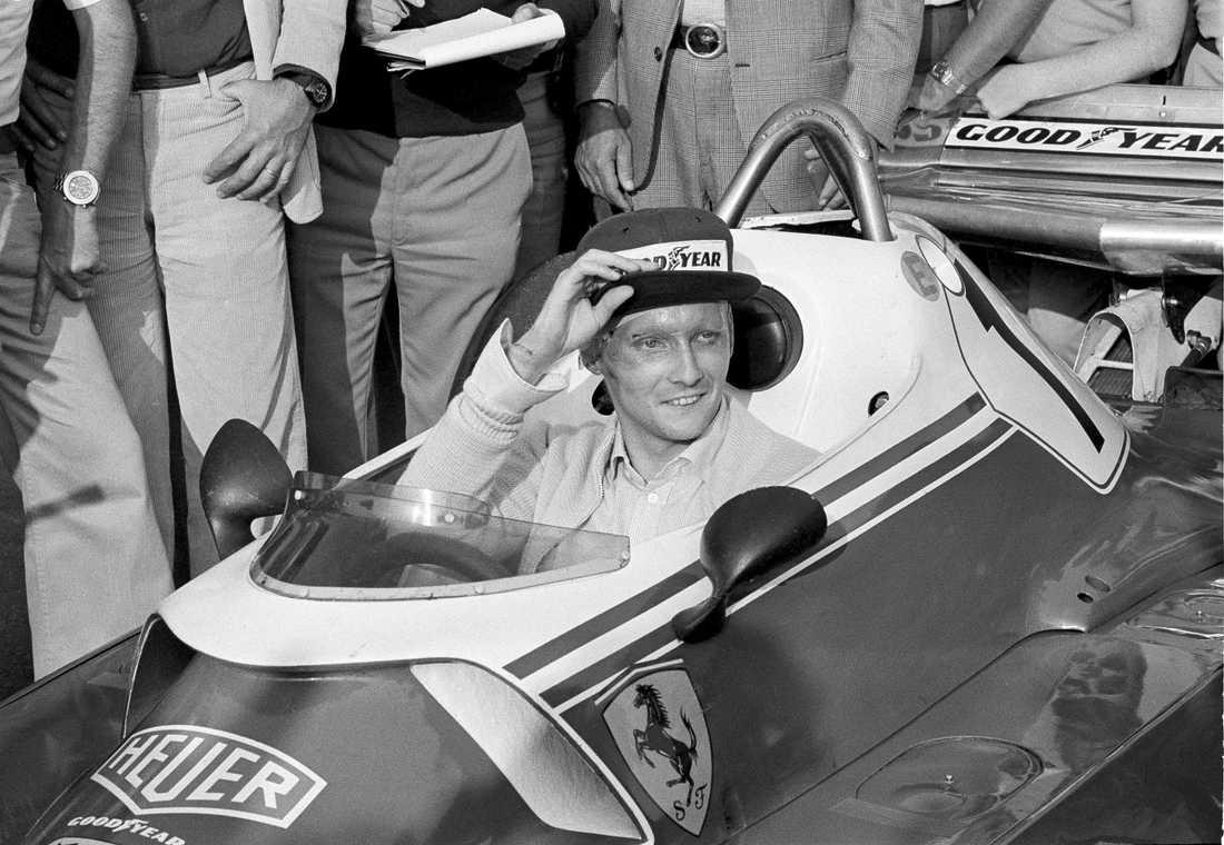 Niki Lauda var snabbt tillbaka bakom ratten i sin Ferrari efter en våldsam krasch i Tyskland i augusti 1976. Här är han månaden efter på Florano. Arkivbild.