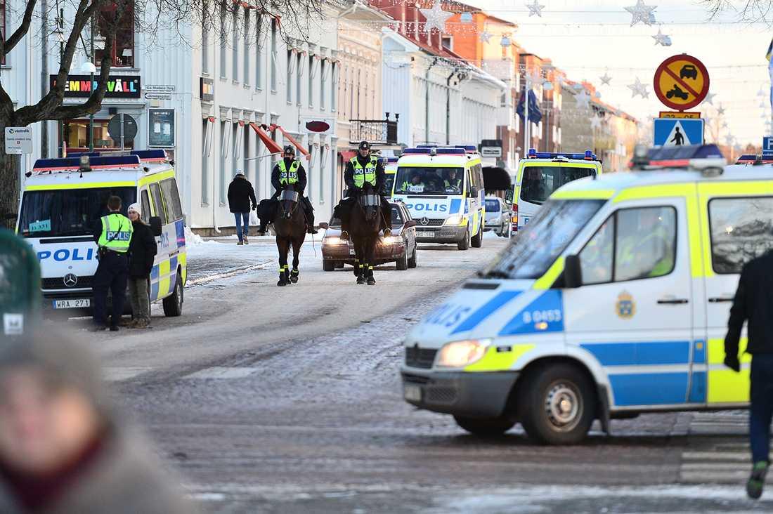 Massivt polisuppbåd i Lidköping inför demonstrationen.