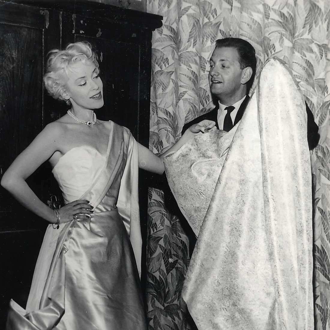 """""""Kung för en natt"""". Annalisa Ericson, skådespelare, och Max Goldstein """"Mago"""", klädskapare Sverige, inför musikalen på Scala, en bild från slutet av september 1960."""