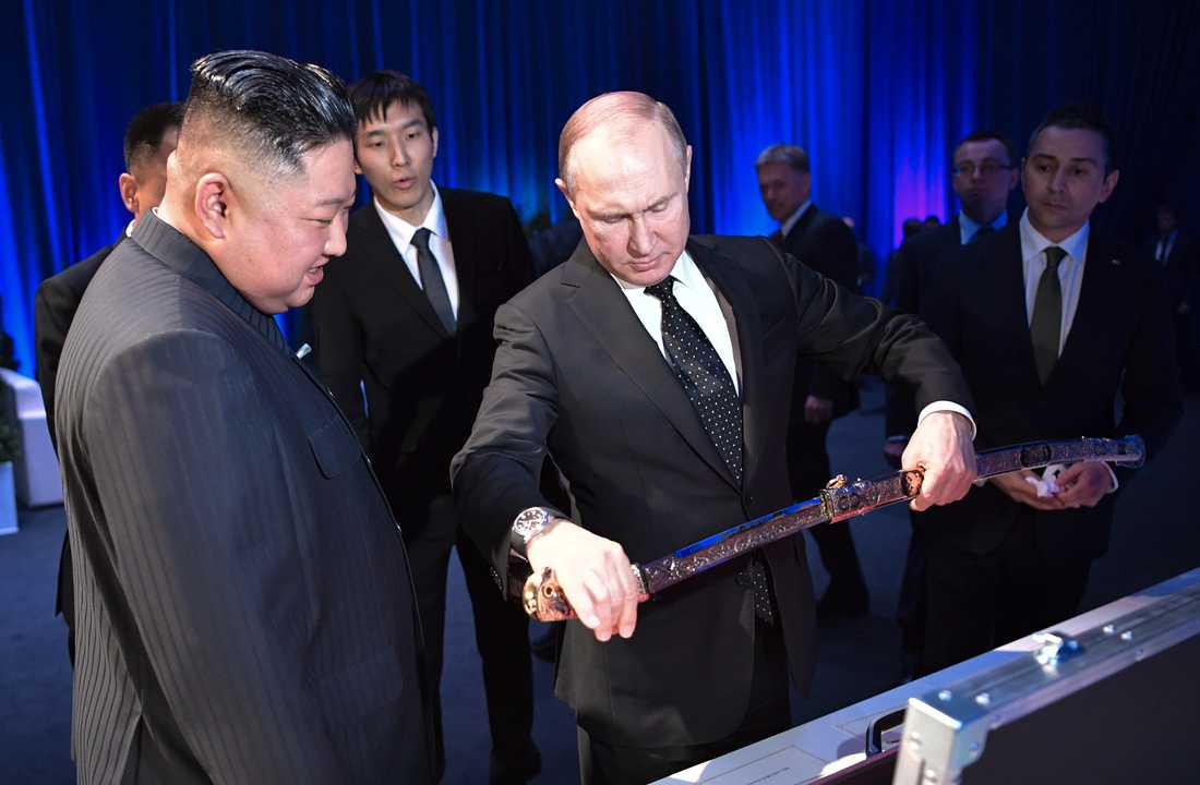 Vladimir Putin överräcker en rysk sabel till Nordkoreas Kim Jong-Un.
