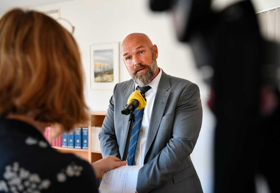 Fredrik Lenter, tillförordnad lagman, talar med medier i samband med en pressträff sedandomen i målet om den treåriga flickan som hittades död i en lägenhet i Norrköping i januari meddelats vid Norrköpings tingsrätt på torsdagen.
