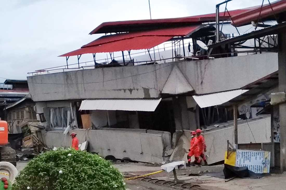 Räddningsarbetare vid en kollapsad trevåningsbyggnad i Padada i provinsen Davao del Sur under måndagen.