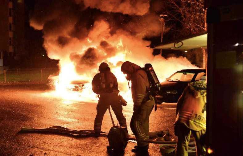 Sju bilar totalförstördes på söndagskvällen i Klockaregården.