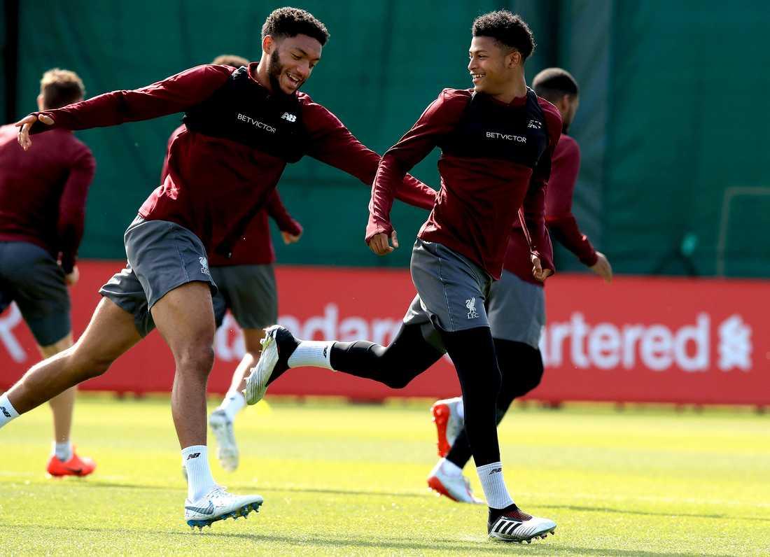 Joe Gomez och Rhian Brewster på Liverpools träning