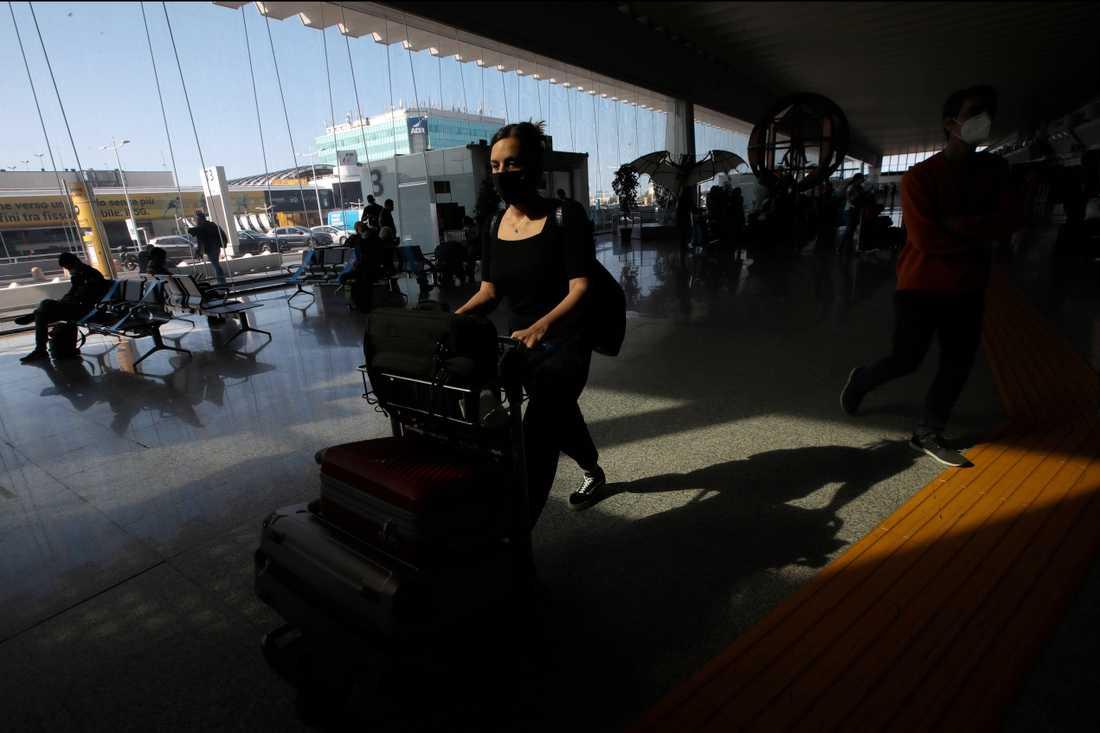 Från och med i dag kan besökare från alla EU-länder samt Storbritannien komma in i Italien utan att behöva sitta i karantän. Bilden är från Roms största flygplats Fiumicino på onsdagsmorgonen.