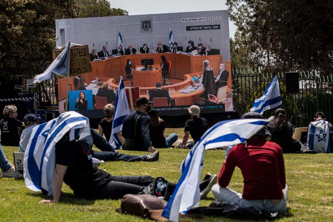 HD-förhandlingarna visas på storbildsskärm i närheten av domstolen i Jerusalem.