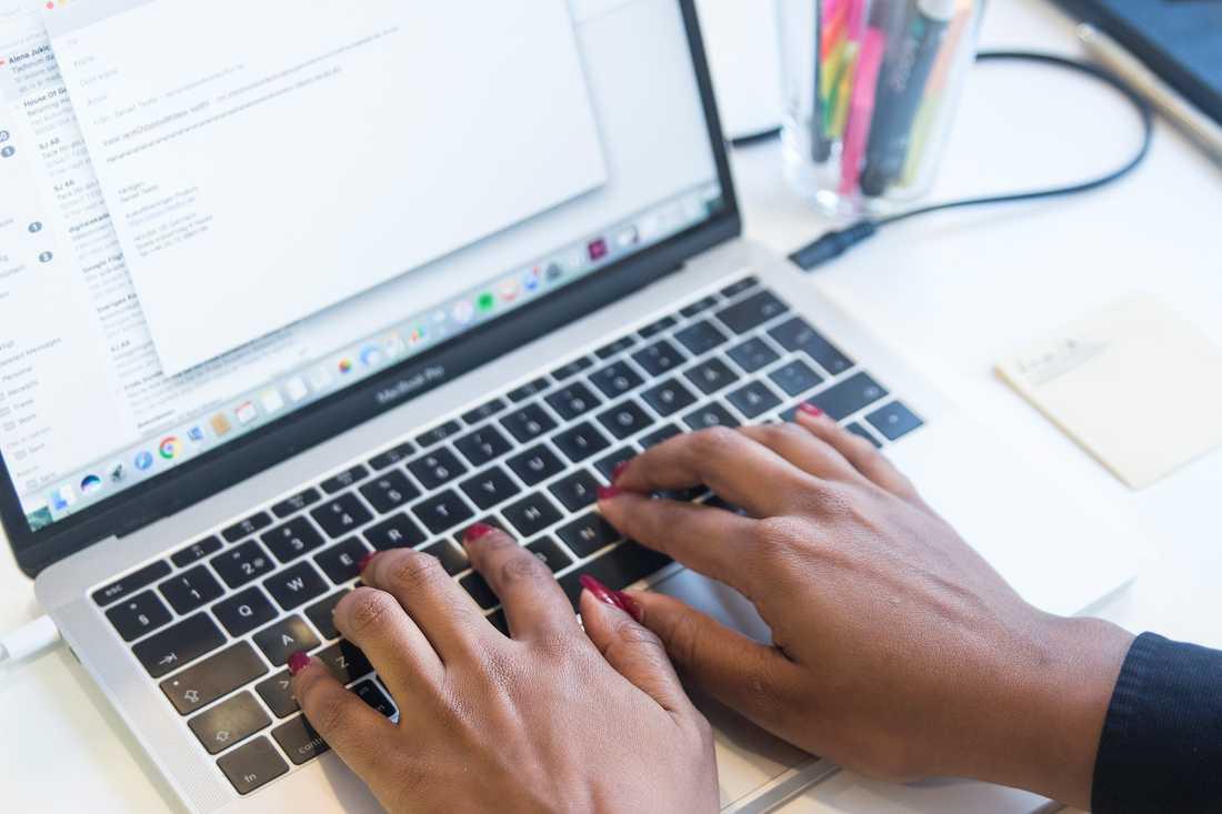 Fler kvinnor än män säger att de skulle klara åtta timmars arbete på sex timmar, enligt en undersökning. Arkivbild.