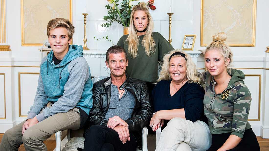 Penny Parnevik stöttas av familjen.