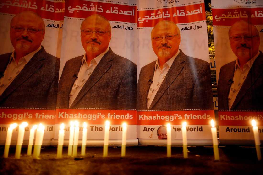 Tända ljus i en manifestation för den saudiske journalisten Jamal Khashoggi utanför det saudiska konsulatet i Istanbul i Turkiet, där han mördades.