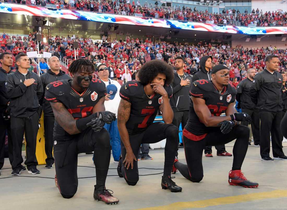 Amerikanska fotbollsspelarna Eli Harold, Colin Kaepernick och Eric Reid.