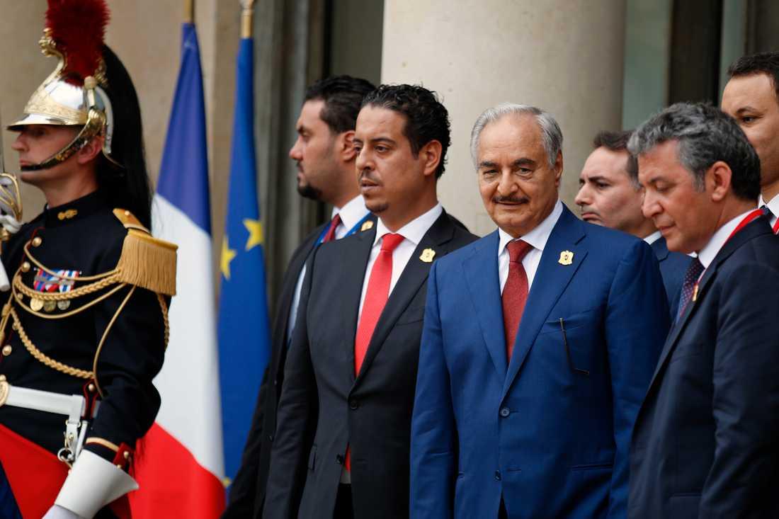 Khalifa Haftar (i mitten med marinblå kavaj). Bilden är från ett besök i Frankrike i slutet av maj 2018 i samband med en internationell konferens om utvecklingen i Libyen.