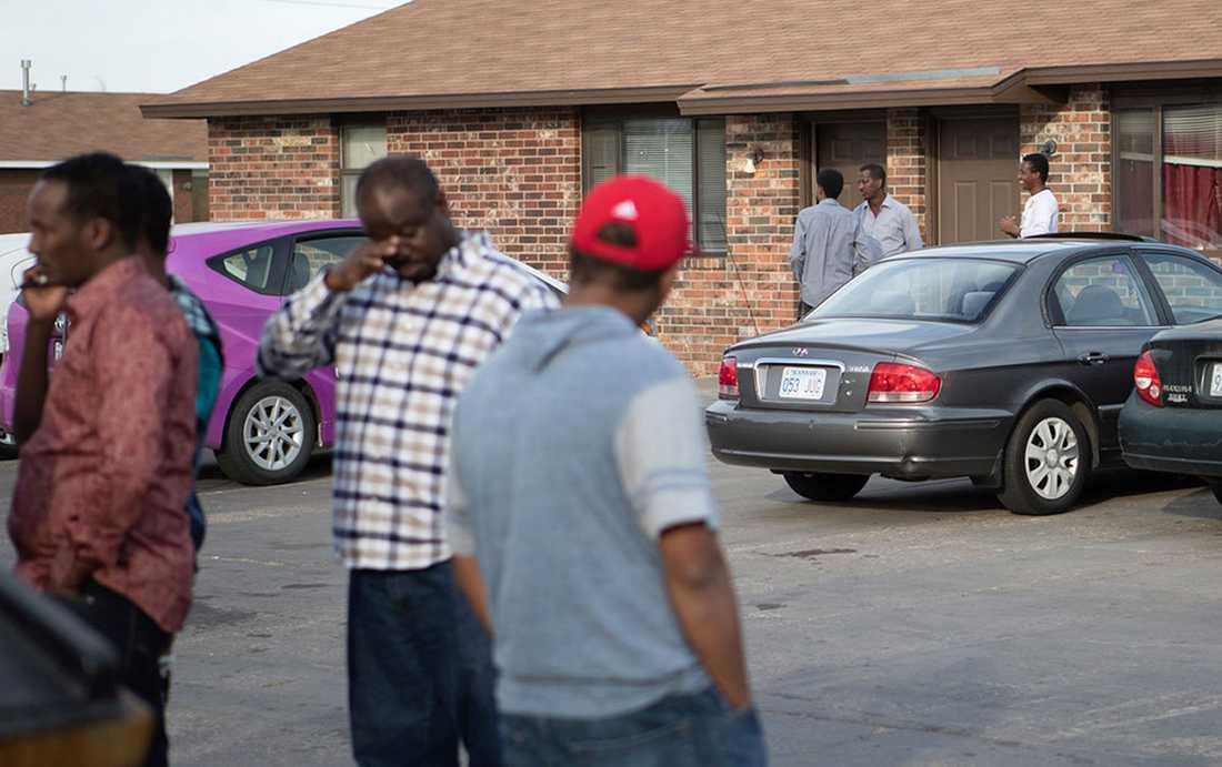Boende utanför lägenhetskomplexet som de misstänkta gärningsmännen planerade ett terrordåd mot.