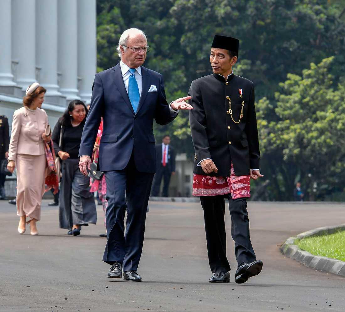 Kung Carl Gustaf inledde tillsammans med drottning Silvia ett tre dagar långt statsbesök i Indonesien på måndagen efter inbjudan från presidenten Joko Widodo som tog emot kungaparet framför presidentpalatset i Bogor tillsammans med sin hustru Irina.
