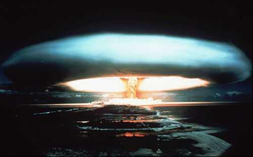 Frankrike provspränger kärnvapen vid Mururoa-atollen i Söderhavet 1971.