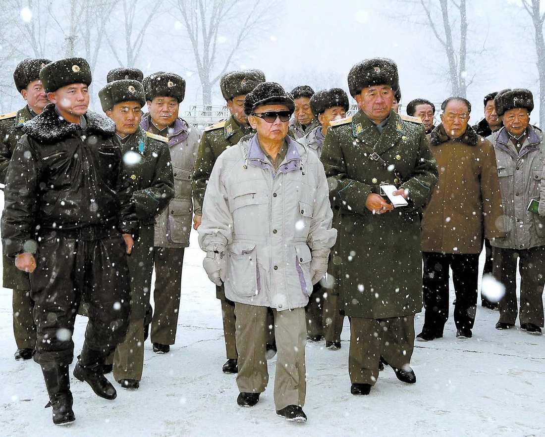 MÄKTIG Kim Jong Il har 160 i IQ, har skrivit sex operor, är en framstående poet och en bra golfare. Nu ska han kliva av tronen och lämna plats åt sin efterträdare: yngsta sonen Kim Jong Un.