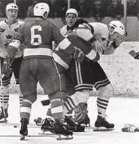 Kanadensarna gjorde allt för att leva upp till sitt rykte som tuffa, slagsmålsbenägna spelare under 1960- och 70-talen. Den här landskampen mot Sverige i november 1968 var inget undantag.