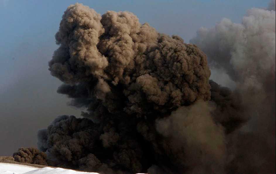 En rökpelare stiger upp från vulkanen.