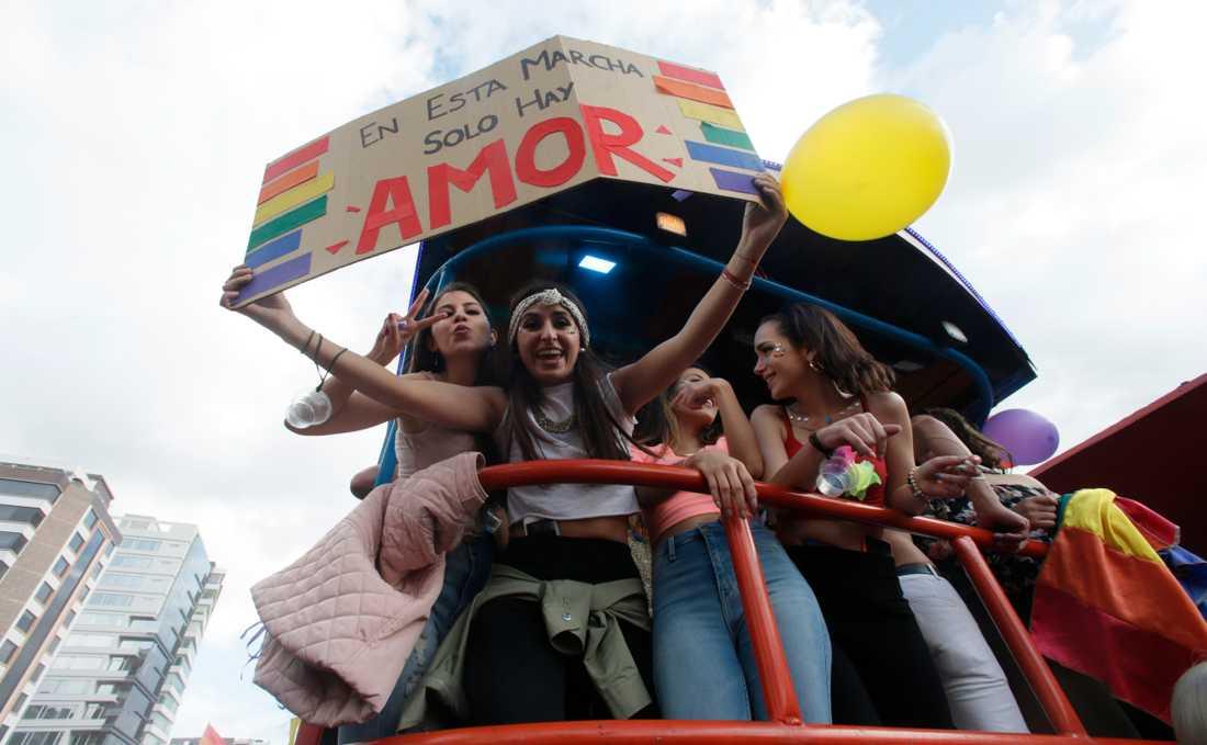 """""""I den här paraden finns bara kärlek"""", står det på skylten i Quito."""