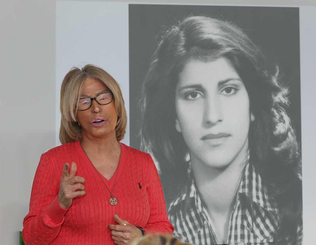 Vid sina föreläsningar visar Maria Rashidi en bild på hur hon såg ut innan syraattacken.