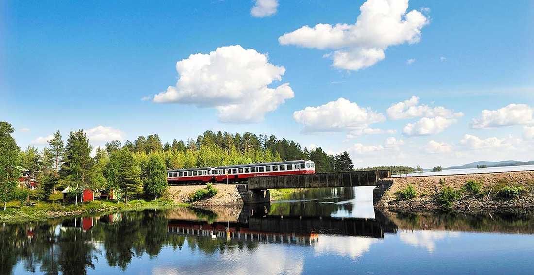 Upptäck svenska kulturpärlor under resan på Inlandsbanan.