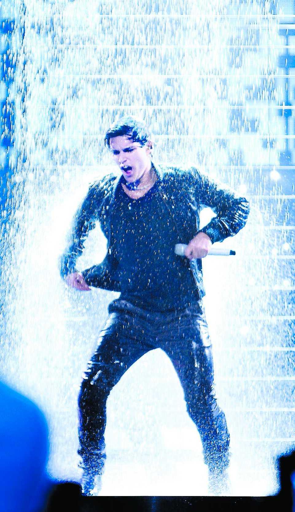 Eric Saade tappade koncentrationen när regnet började ösa ner.