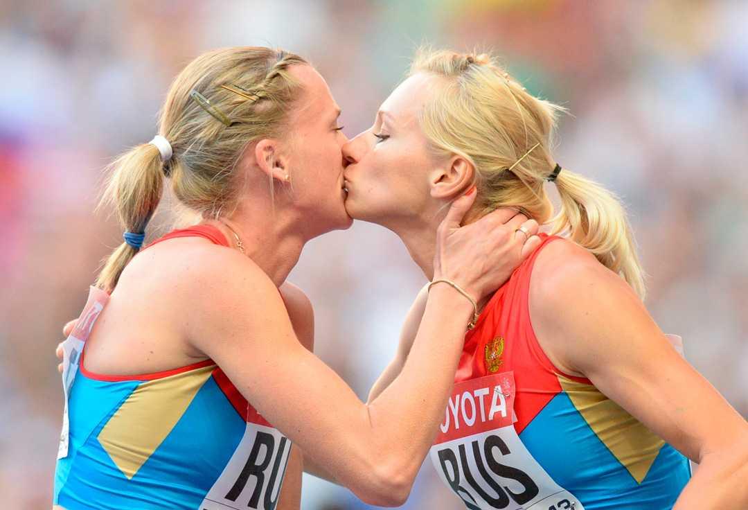 Direkt efter segern firade ryskorna också med en puss – på kinden.
