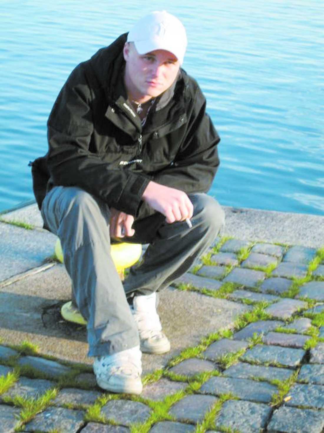 hade varit på fest Johan Liljeqvist var upprörd efter ett gräl med flickvännen när han lämnade festen i Göteborg den 19 april förra året. När några poliser såg honom slå in bakrutan på en kamrats bil utbröt ett våldsamt handgemäng. Johan låg i respirator i en vecka innan han avled den 26 april.